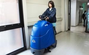 搭乗式床自動洗浄機